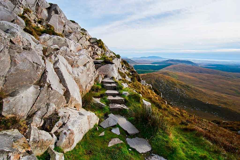 Caminho de pedras em Galway, Irlanda