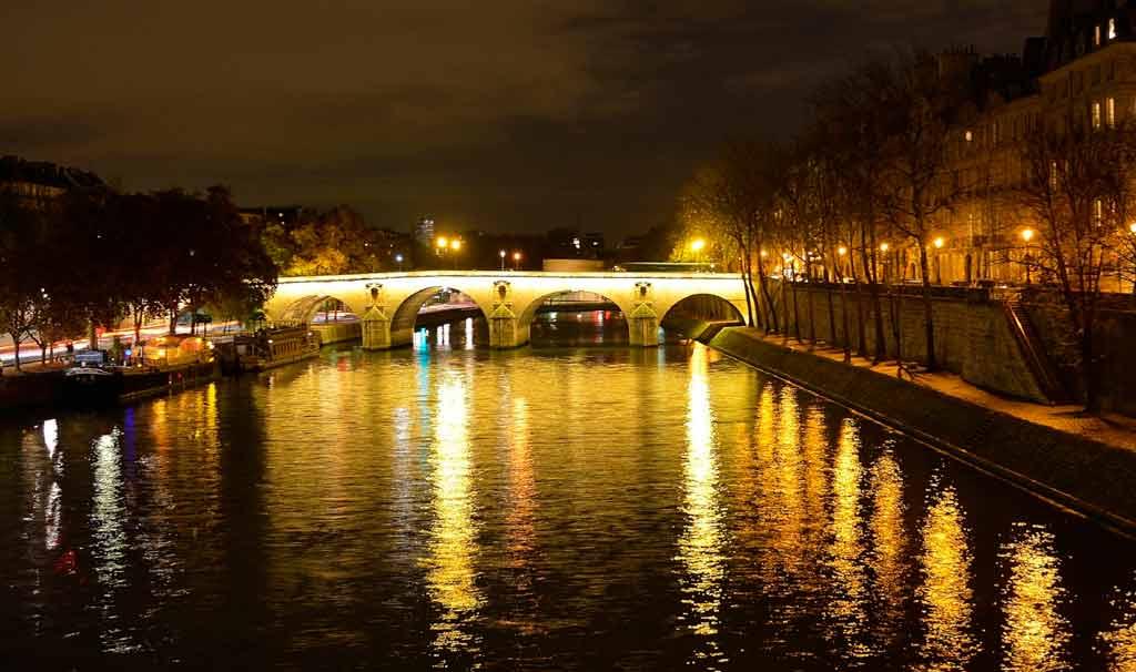 Passeio noturno pelo rio Sena
