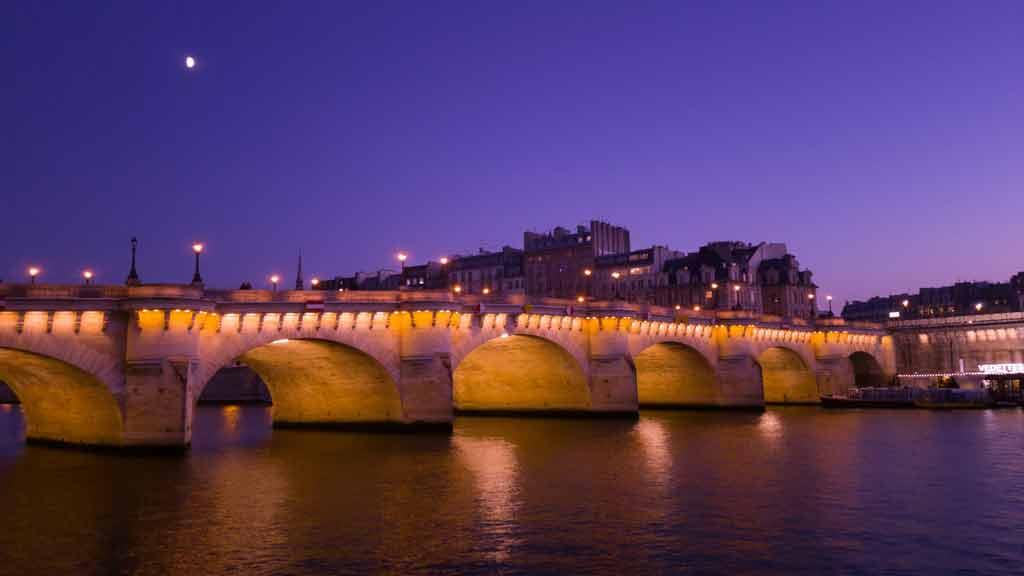 Qual a melhor época para ir a Paris à noite