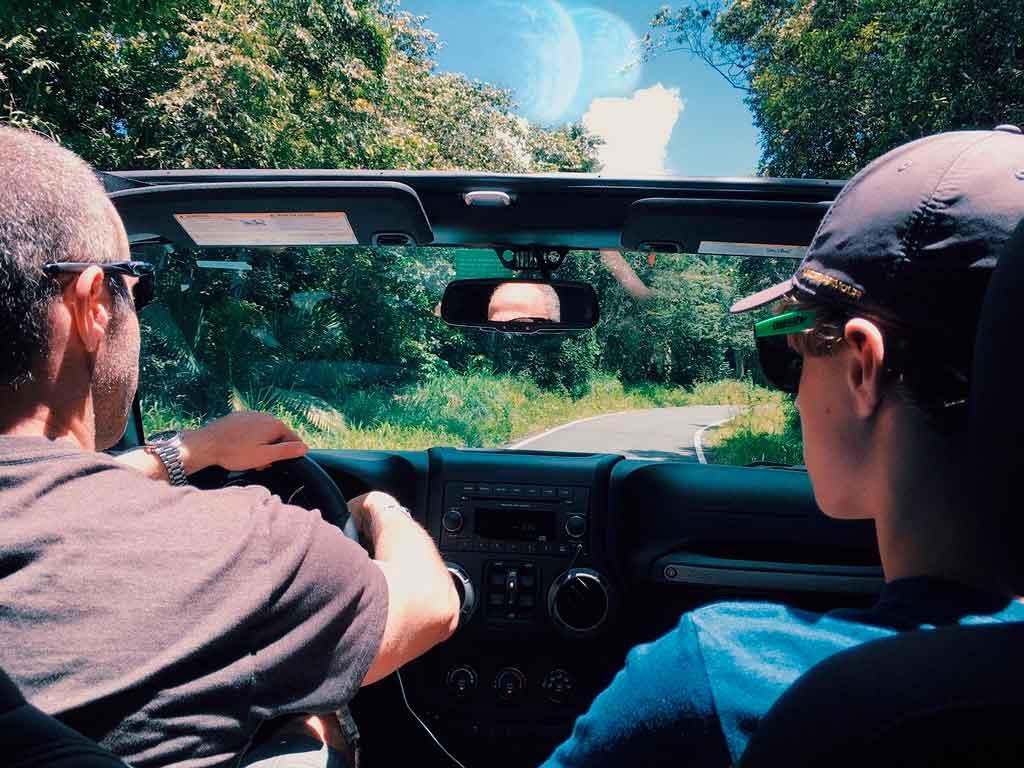 Viajar de carro em familia