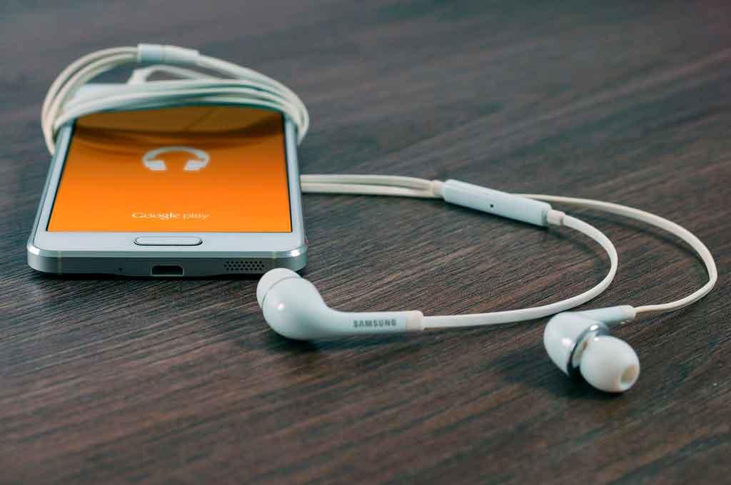 O que levar em uma viagem fones de ouvidos
