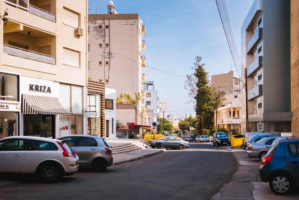 Como é chamada a pessoa que mora em Chipre?