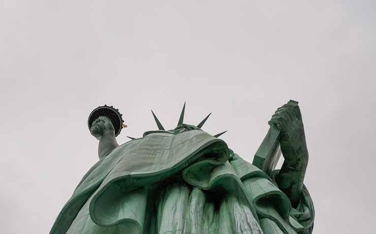 Qual a altura e nome oficial da Estátua da Liberdade