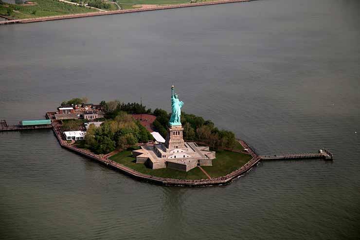 Onde fica o pedestal da Estátua da Liberdade