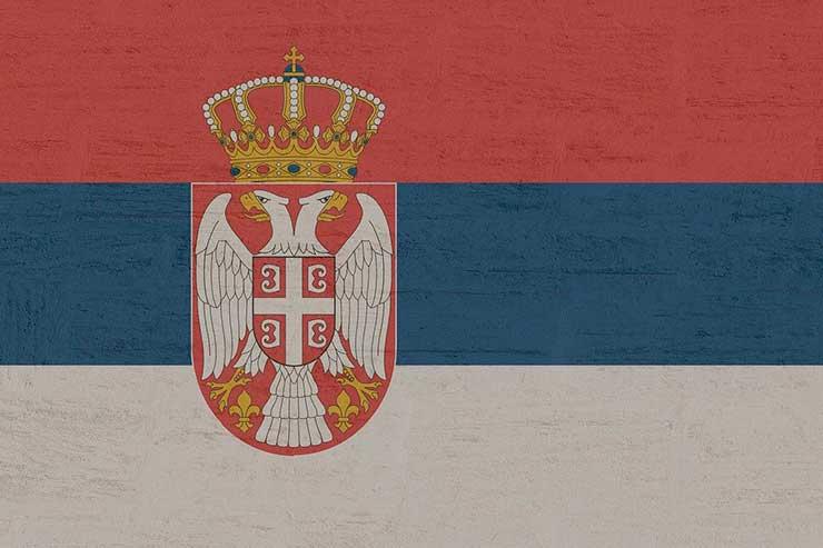 Qual idioma é falado na Sérvia?