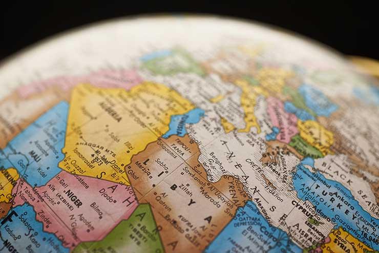 Qual a localização da Sérvia no mapa-múndi?